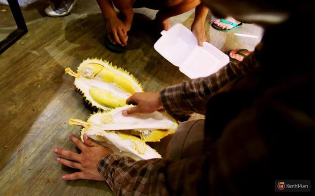 Chuyện lạ ở Sài Gòn: Đội nắng xếp hàng mua sầu riêng, ăn xong phải trả lại hạt để lấy tiền cọc - Ảnh 14.