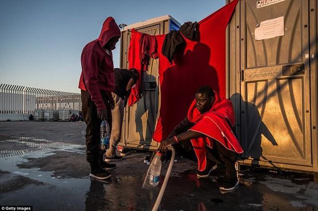 Ảnh: Cuộc sống vạ vật của hàng trăm người tị nạn ở Tây Ban Nha - Ảnh 15.