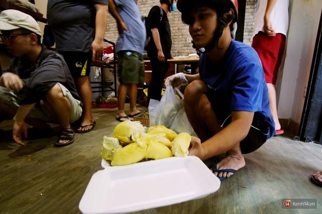 Chuyện lạ ở Sài Gòn: Đội nắng xếp hàng mua sầu riêng, ăn xong phải trả lại hạt để lấy tiền cọc - Ảnh 15.