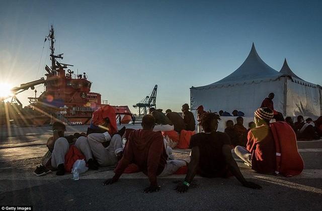 Ảnh: Cuộc sống vạ vật của hàng trăm người tị nạn ở Tây Ban Nha - Ảnh 16.