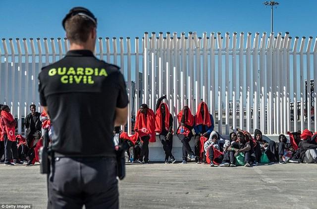 Ảnh: Cuộc sống vạ vật của hàng trăm người tị nạn ở Tây Ban Nha - Ảnh 17.