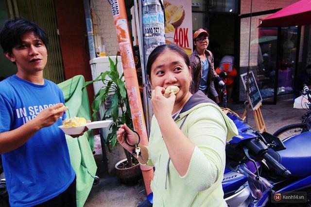 Chuyện lạ ở Sài Gòn: Đội nắng xếp hàng mua sầu riêng, ăn xong phải trả lại hạt để lấy tiền cọc - Ảnh 17.