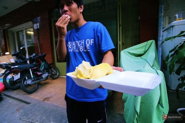 Chuyện lạ ở Sài Gòn: Đội nắng xếp hàng mua sầu riêng, ăn xong phải trả lại hạt để lấy tiền cọc - Ảnh 18.