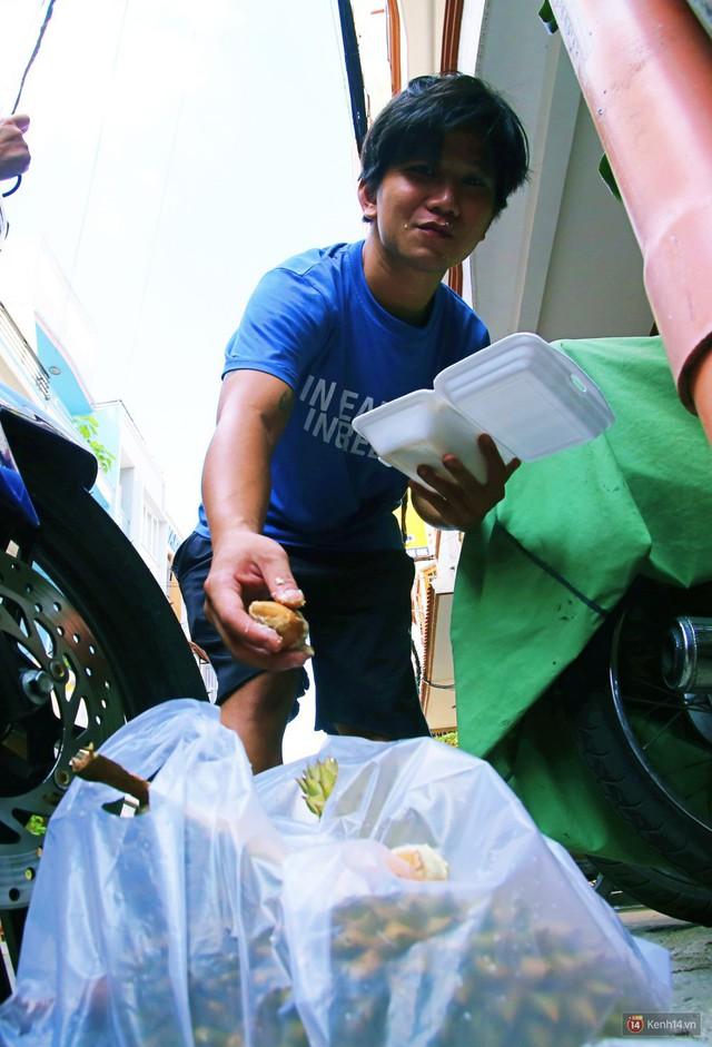 Chuyện lạ ở Sài Gòn: Đội nắng xếp hàng mua sầu riêng, ăn xong phải trả lại hạt để lấy tiền cọc - Ảnh 19.