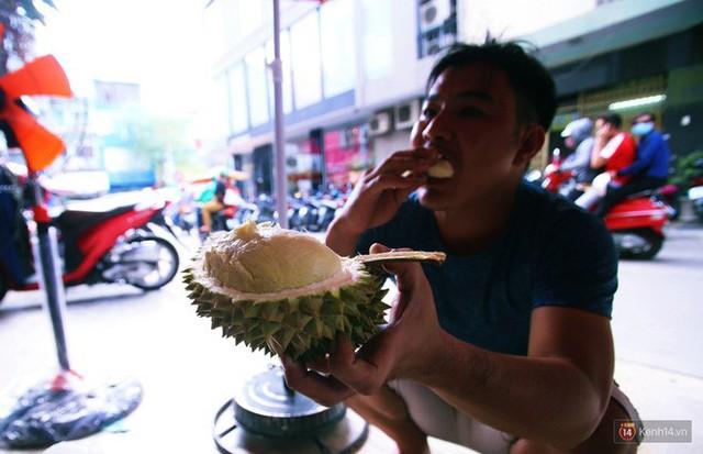 Chuyện lạ ở Sài Gòn: Đội nắng xếp hàng mua sầu riêng, ăn xong phải trả lại hạt để lấy tiền cọc - Ảnh 21.