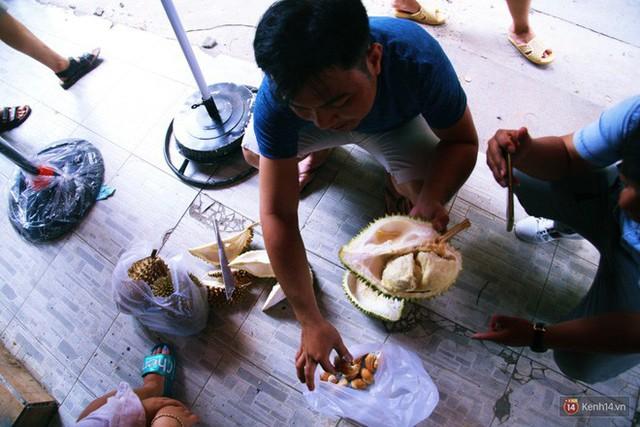 Chuyện lạ ở Sài Gòn: Đội nắng xếp hàng mua sầu riêng, ăn xong phải trả lại hạt để lấy tiền cọc - Ảnh 22.