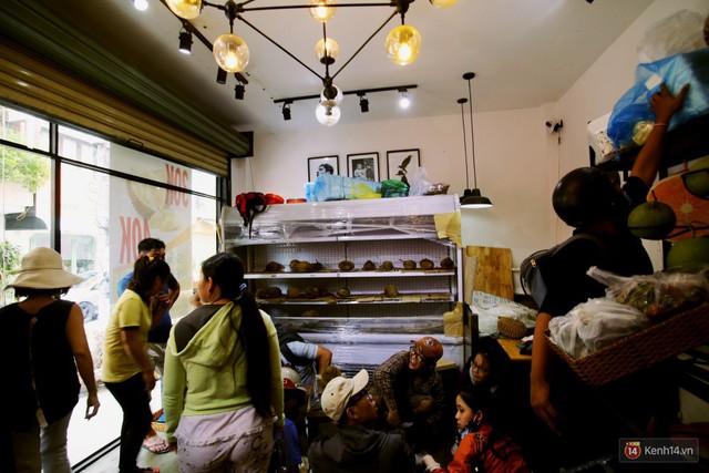 Chuyện lạ ở Sài Gòn: Đội nắng xếp hàng mua sầu riêng, ăn xong phải trả lại hạt để lấy tiền cọc - Ảnh 23.