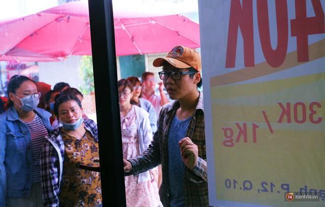 Chuyện lạ ở Sài Gòn: Đội nắng xếp hàng mua sầu riêng, ăn xong phải trả lại hạt để lấy tiền cọc - Ảnh 4.