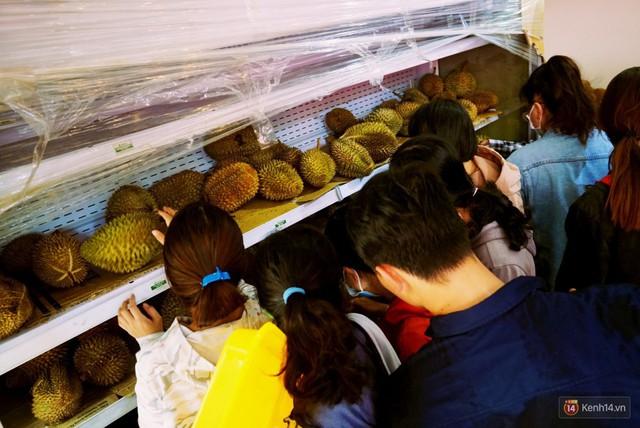 Chuyện lạ ở Sài Gòn: Đội nắng xếp hàng mua sầu riêng, ăn xong phải trả lại hạt để lấy tiền cọc - Ảnh 5.