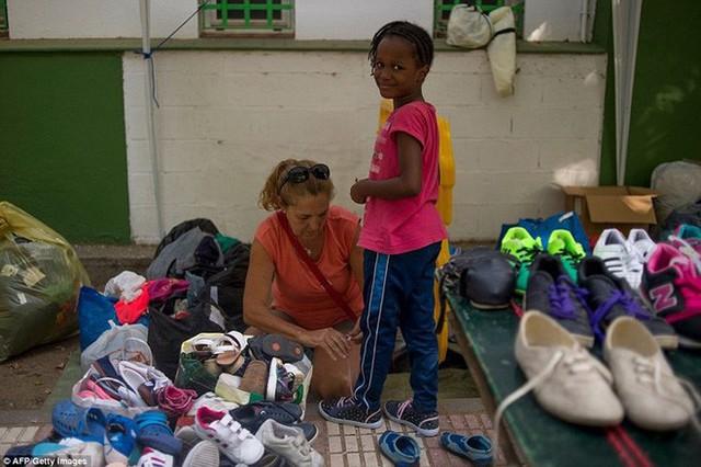 Ảnh: Cuộc sống vạ vật của hàng trăm người tị nạn ở Tây Ban Nha - Ảnh 6.