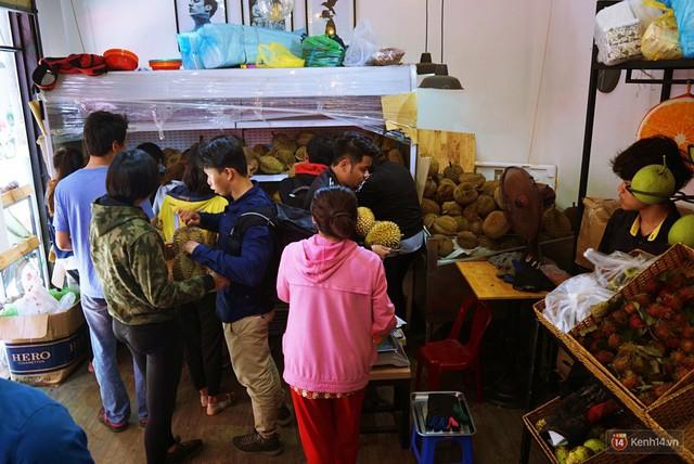 Chuyện lạ ở Sài Gòn: Đội nắng xếp hàng mua sầu riêng, ăn xong phải trả lại hạt để lấy tiền cọc - Ảnh 6.