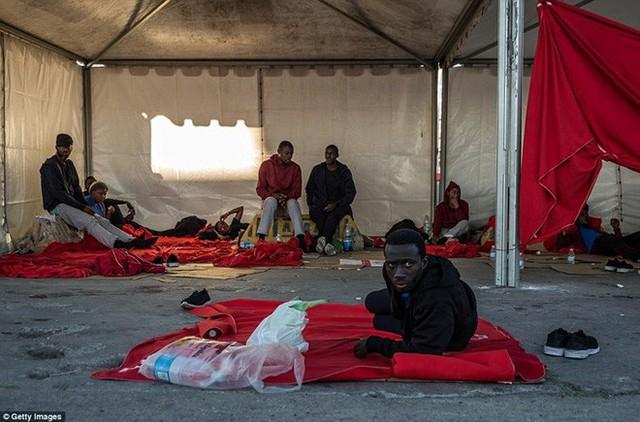 Ảnh: Cuộc sống vạ vật của hàng trăm người tị nạn ở Tây Ban Nha - Ảnh 7.