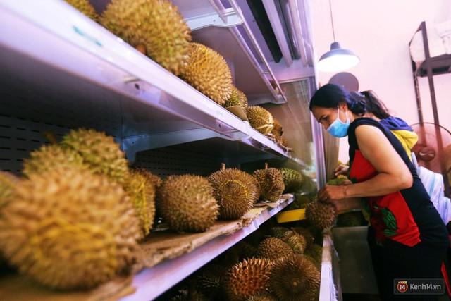 Chuyện lạ ở Sài Gòn: Đội nắng xếp hàng mua sầu riêng, ăn xong phải trả lại hạt để lấy tiền cọc - Ảnh 7.