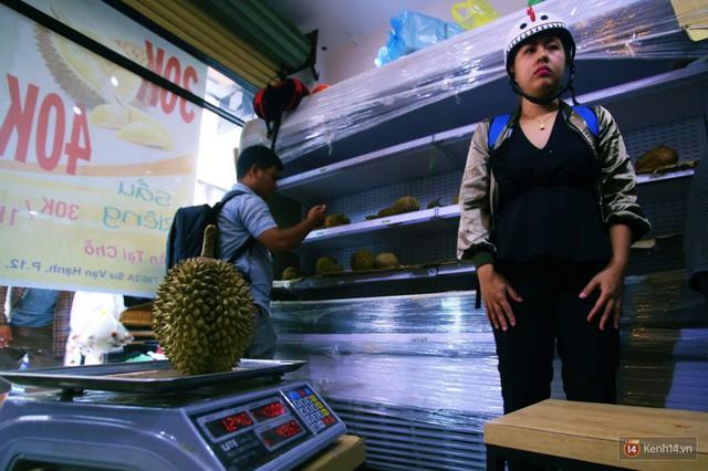 Chuyện lạ ở Sài Gòn: Đội nắng xếp hàng mua sầu riêng, ăn xong phải trả lại hạt để lấy tiền cọc - Ảnh 9.