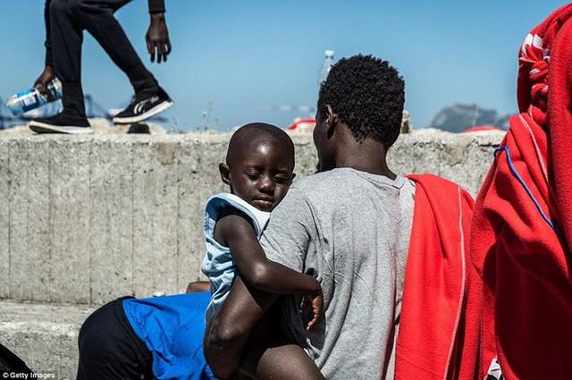 Ảnh: Cuộc sống vạ vật của hàng trăm người tị nạn ở Tây Ban Nha - Ảnh 10.