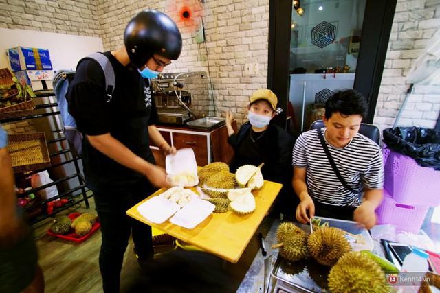 Chuyện lạ ở Sài Gòn: Đội nắng xếp hàng mua sầu riêng, ăn xong phải trả lại hạt để lấy tiền cọc - Ảnh 10.