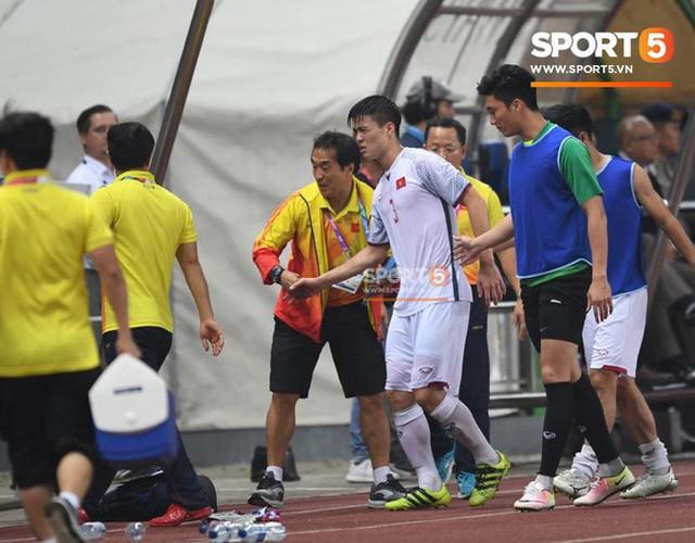 Quang Hải đổ máu, Duy Mạnh đau đớn rời sân trong ngày Olympic Việt Nam làm nên lịch sử - Ảnh 1.