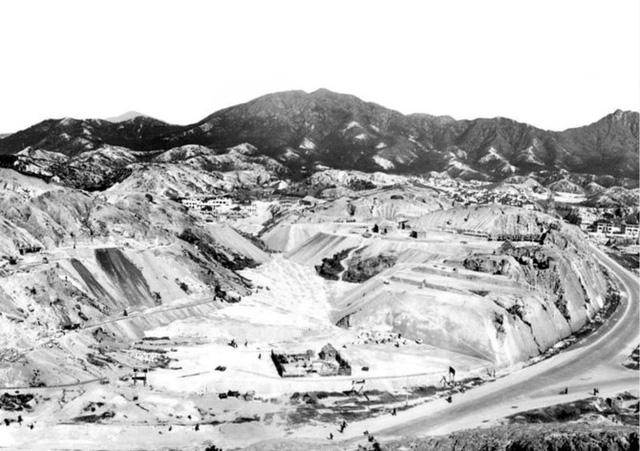 Gia tộc Hồng Kông biến vùng đồi cằn cỗi thành đế chế nhà đất 4,4 tỷ USD - Ảnh 2.