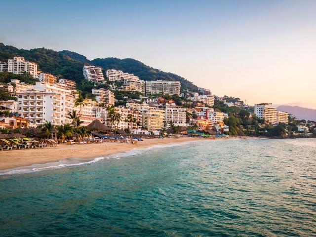 Việc nhẹ thu nhập cực cao: Sống ở resort sang chảnh, bơi cùng cá mập, chơi dù lượn để nhận ngay 2,8 tỉ đồng - Ảnh 1.