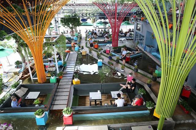 Trải nghiệm uống cà phê giữa hồ cá Koi tiền tỉ ở Sài Gòn - Ảnh 1.