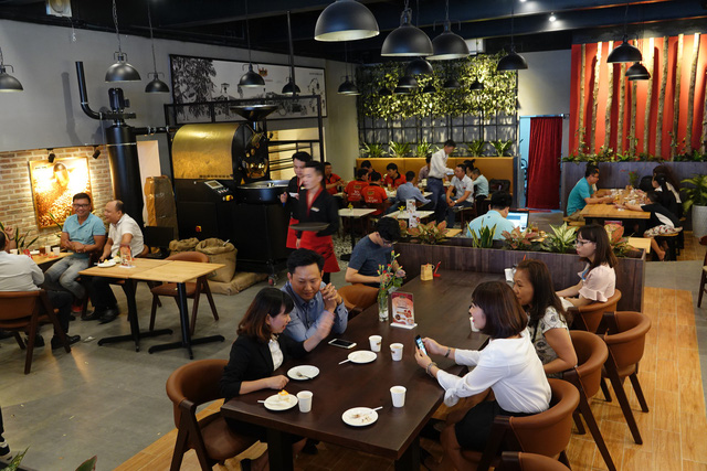 đầu tư giá trị - khach hang thuong thuc king coffee 2 1533521877358542368147 - King Coffee của bà Lê Hoàng Diệp Thảo tấn công thị trường TP.HCM: Tuyên bố mở 1.000 cửa hàng, mục tiêu top 3 thương hiệu cà phê lớn nhất Việt Nam