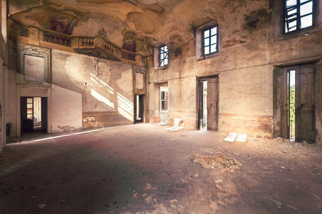 Cùng ngắm nhìn vẻ đẹp ma mị của 25 toà lâu đài và biệt thự bỏ hoang ở châu Âu - Ảnh 19.
