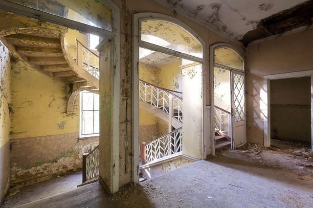 Cùng ngắm nhìn vẻ đẹp ma mị của 25 toà lâu đài và biệt thự bỏ hoang ở châu Âu - Ảnh 21.
