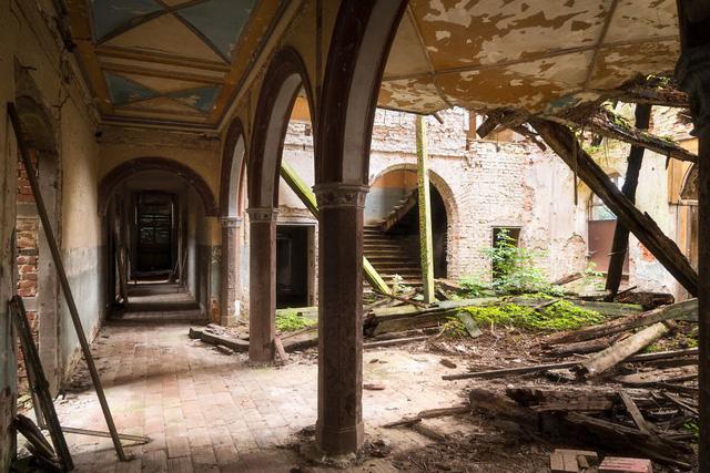 Cùng ngắm nhìn vẻ đẹp ma mị của 25 toà lâu đài và biệt thự bỏ hoang ở châu Âu - Ảnh 25.