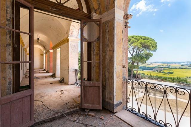 Cùng ngắm nhìn vẻ đẹp ma mị của 25 toà lâu đài và biệt thự bỏ hoang ở châu Âu - Ảnh 7.