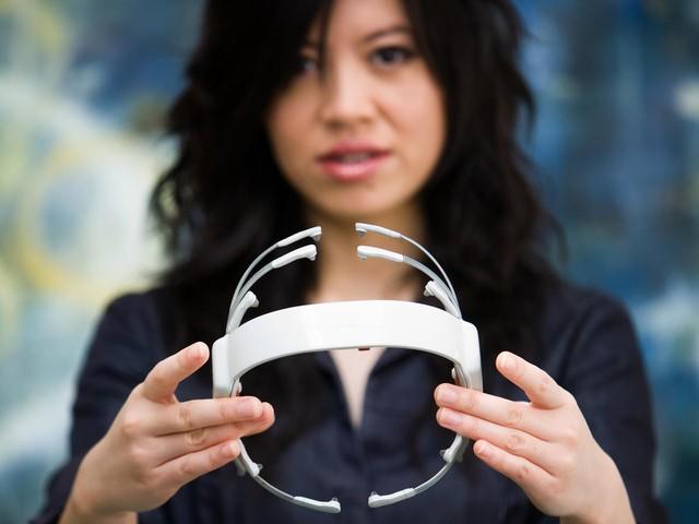 Chân dung cô gái gốc Việt bỏ dở đại học Luật mở công ty công nghệ giúp con người có thể di chuyển đồ vật bằng ý nghĩ, thuyết phục được cả Boeing sử dụng sản phẩm - Ảnh 6.