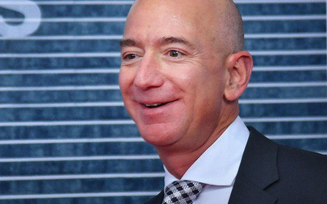 """Đã hơn 2 thập kỷ trôi qua song Jeff Bezos và Amazon vẫn kiên định chọn 3 câu hỏi này làm """"kim chỉ nam"""" để tuyển dụng người tài"""