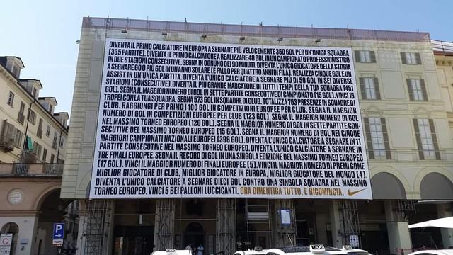 đầu tư giá trị - photo 1 1535774322840895818656 - Nike dựng biển quảng cáo dày đặc chữ để tôn vinh Ronaldo và câu kết đầy bất ngờ