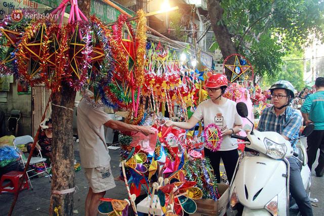 Phố Hàng Mã rục rịch mùa Trung thu: Hàng Trung Quốc vắng bóng, lồng đèn truyền thống lên ngôi - Ảnh 13.