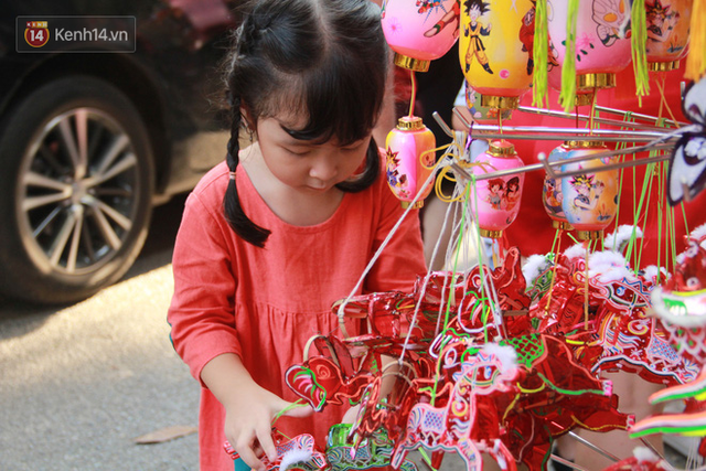 Phố Hàng Mã rục rịch mùa Trung thu: Hàng Trung Quốc vắng bóng, lồng đèn truyền thống lên ngôi - Ảnh 14.