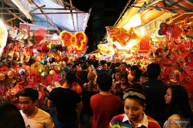 Chủ các gian hàng ở phố lồng đèn Sài Gòn than trời vì... ế: Khách chen chúc để chụp hình chứ không ai mua - Ảnh 1.