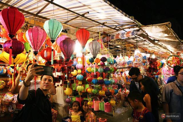 Chủ các gian hàng ở phố lồng đèn Sài Gòn than trời vì... ế: Khách chen chúc để chụp hình chứ không ai mua - Ảnh 3.