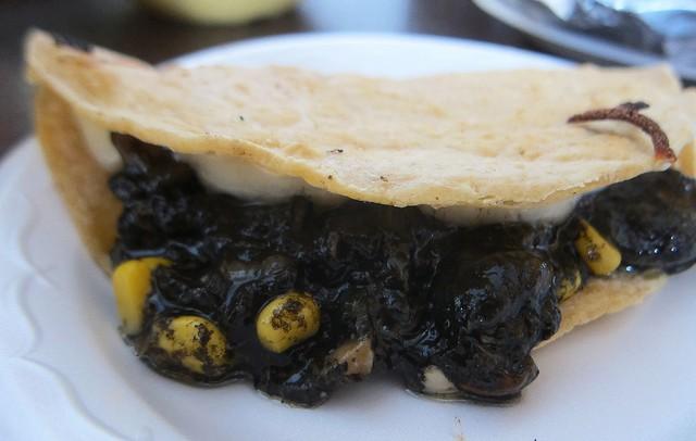 Ẩm thực lạ bốn phương: Đặc sản ngô mốc đen xì của người Mexico - Ảnh 5.