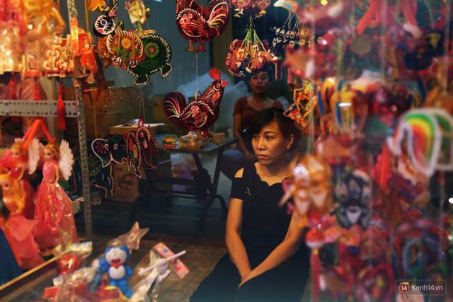 Chủ các gian hàng ở phố lồng đèn Sài Gòn than trời vì... ế: Khách chen chúc để chụp hình chứ không ai mua - Ảnh 7.