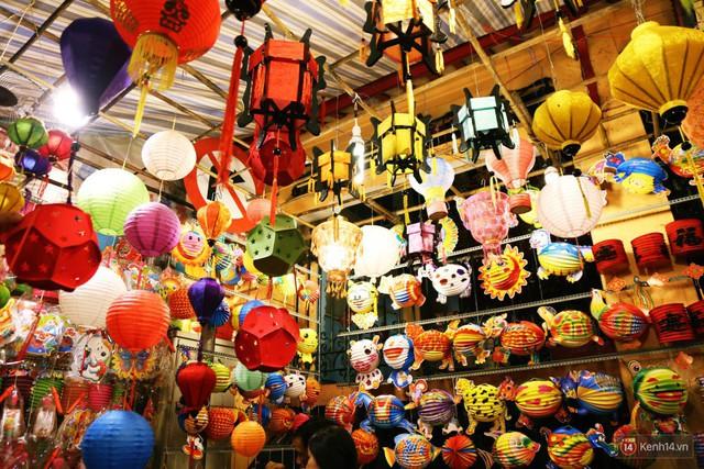 Chủ các gian hàng ở phố lồng đèn Sài Gòn than trời vì... ế: Khách chen chúc để chụp hình chứ không ai mua - Ảnh 9.
