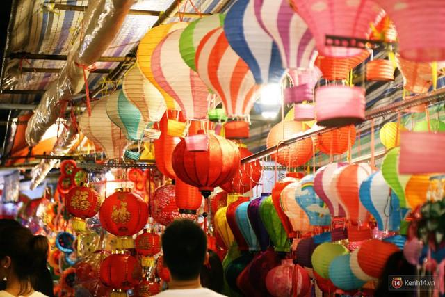 Chủ các gian hàng ở phố lồng đèn Sài Gòn than trời vì... ế: Khách chen chúc để chụp hình chứ không ai mua - Ảnh 10.