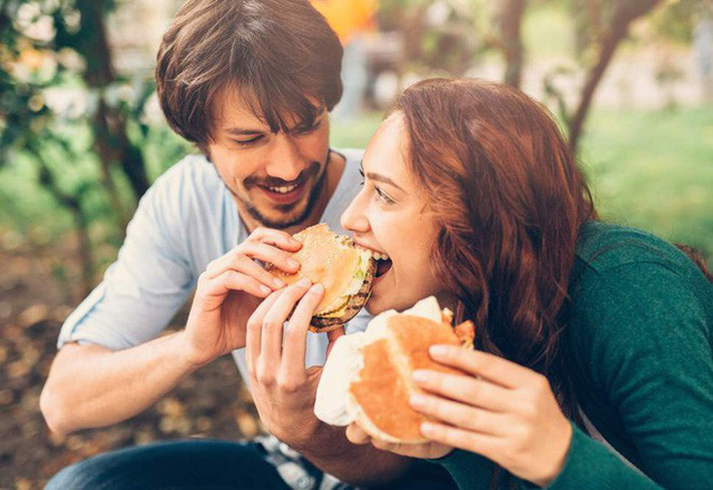 Khoa học đã chứng minh: Yêu đương sẽ khiến con người ta trở nên béo hơn - Ảnh 1.