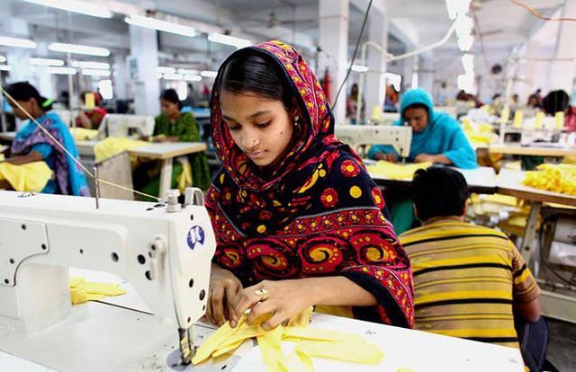 """Để làm ra một chiếc áo hàng hiệu, hàng trăm công nhân đã phải sống trong những điều kiện """"trời ơi đất hỡi"""" như này - Ảnh 1."""