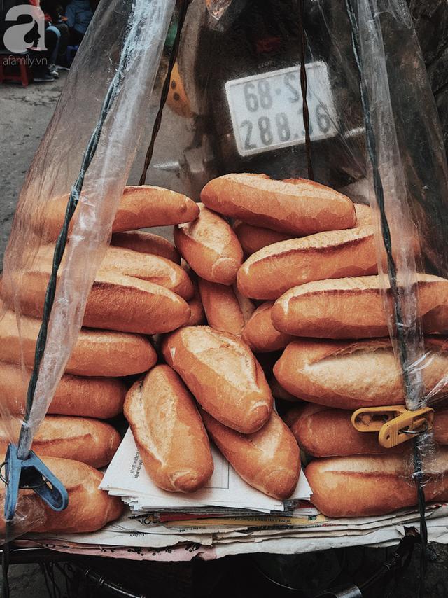 đầu tư giá trị - photo 1 15374164554472033973989 - Gánh bánh mì ngon nhất Sài Gòn, 30 năm tuổi vẫn làm bao người say đắm: Không địa chỉ cố định, ngày bán 300 ổ, mỗi ổ chỉ 12 ngàn