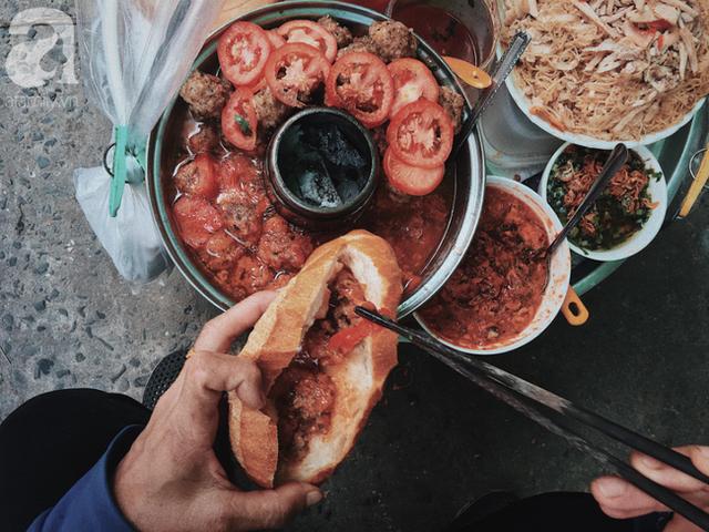 đầu tư giá trị - photo 1 15374164583871241363593 - Gánh bánh mì ngon nhất Sài Gòn, 30 năm tuổi vẫn làm bao người say đắm: Không địa chỉ cố định, ngày bán 300 ổ, mỗi ổ chỉ 12 ngàn