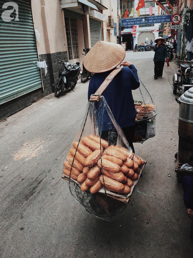đầu tư giá trị - photo 10 1537416458409953951271 - Gánh bánh mì ngon nhất Sài Gòn, 30 năm tuổi vẫn làm bao người say đắm: Không địa chỉ cố định, ngày bán 300 ổ, mỗi ổ chỉ 12 ngàn