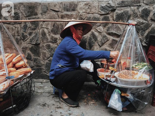 đầu tư giá trị - photo 3 15374164583931893422272 - Gánh bánh mì ngon nhất Sài Gòn, 30 năm tuổi vẫn làm bao người say đắm: Không địa chỉ cố định, ngày bán 300 ổ, mỗi ổ chỉ 12 ngàn