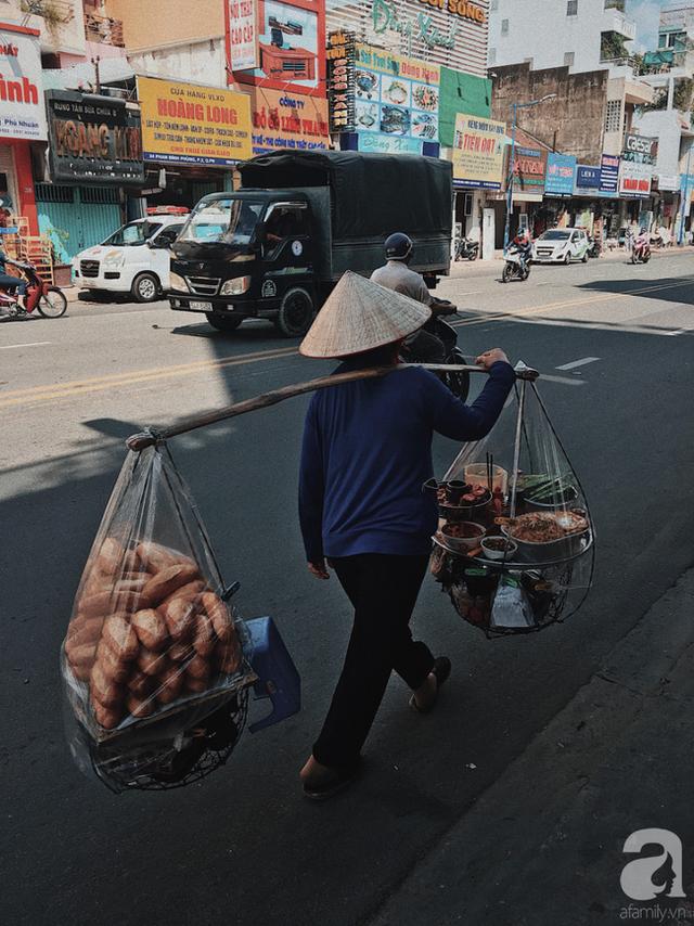 đầu tư giá trị - photo 4 1537416458396355578698 - Gánh bánh mì ngon nhất Sài Gòn, 30 năm tuổi vẫn làm bao người say đắm: Không địa chỉ cố định, ngày bán 300 ổ, mỗi ổ chỉ 12 ngàn