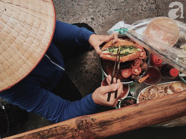 đầu tư giá trị - photo 5 1537416458398238938743 - Gánh bánh mì ngon nhất Sài Gòn, 30 năm tuổi vẫn làm bao người say đắm: Không địa chỉ cố định, ngày bán 300 ổ, mỗi ổ chỉ 12 ngàn