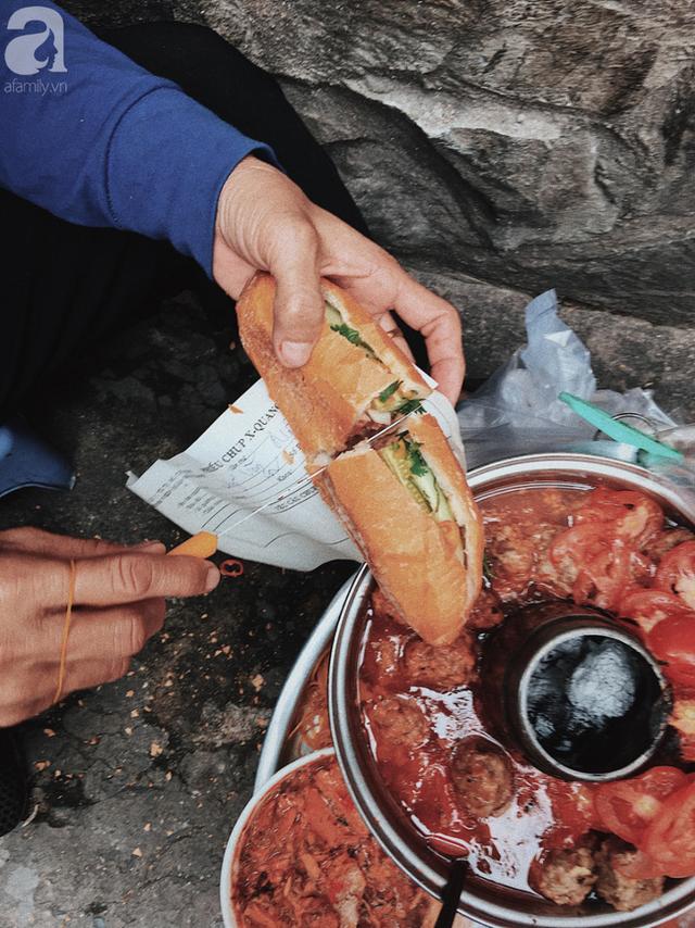 đầu tư giá trị - photo 7 153741645840254123999 - Gánh bánh mì ngon nhất Sài Gòn, 30 năm tuổi vẫn làm bao người say đắm: Không địa chỉ cố định, ngày bán 300 ổ, mỗi ổ chỉ 12 ngàn