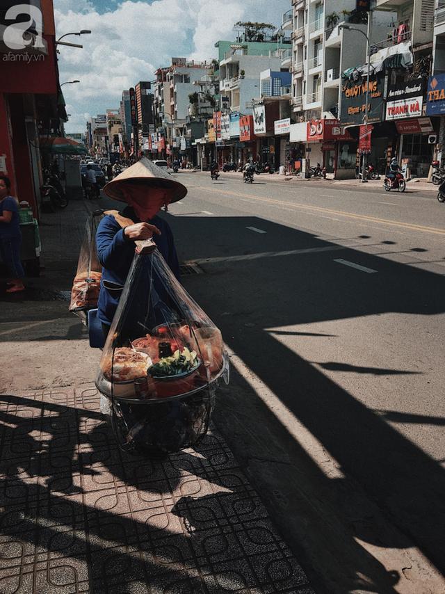 đầu tư giá trị - photo 9 15374164584082042690193 - Gánh bánh mì ngon nhất Sài Gòn, 30 năm tuổi vẫn làm bao người say đắm: Không địa chỉ cố định, ngày bán 300 ổ, mỗi ổ chỉ 12 ngàn